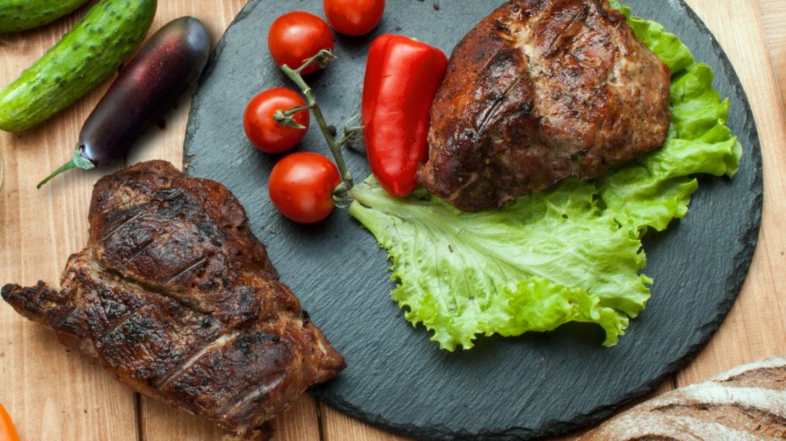 Рецепт свинячої шийки із салатом з баклажанів